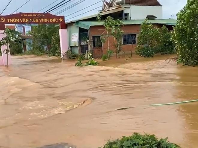 TIN BÃO SỐ 9: Nước lũ đang dâng cao, nạn nhân đi cấp cứu phải quay về vì đường bị chia cắt - Ảnh 2.