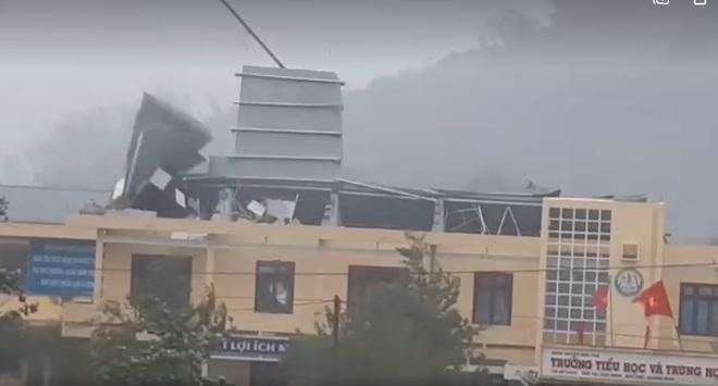 CẬP NHẬT BÃO SỐ 9: Cận cảnh gió bão mạnh giật bay mái tôn trường học ở Quảng Ngãi - Ảnh 2.