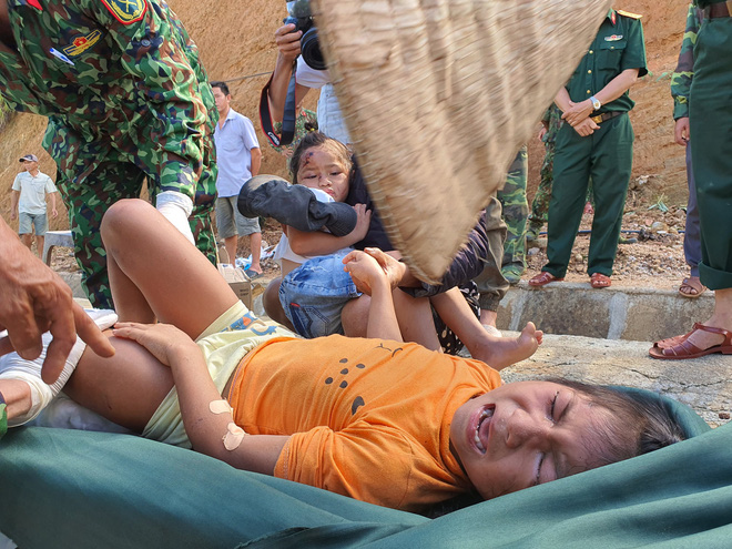 3 đứa con bị đất đá vùi hết- Đôi mắt vô hồn của người mẹ, anh bộ đội thành giá đỡ truyền nước cho nạn nhân ở Trà Leng - Ảnh 6.
