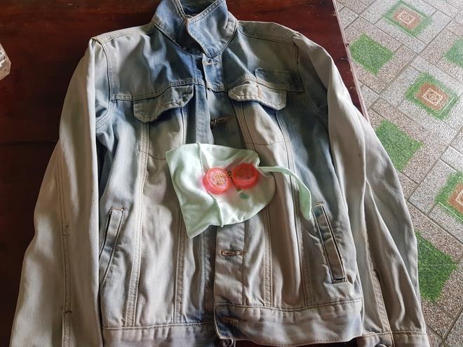 Khi nhận hàng cứu trợ lũ lụt, nam thanh niên phát hiện có vàng trong chiếc áo cũ  - Ảnh 1.