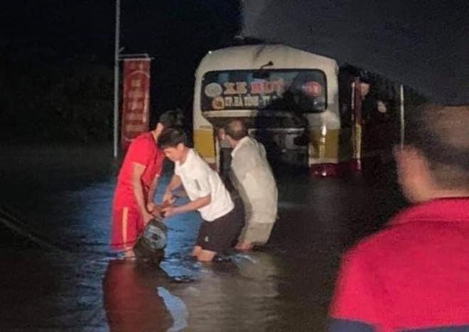 Liều mình băng qua dòng nước lũ, xe buýt chết máy giữa đường khiến nhiều người thót tim - Ảnh 2.