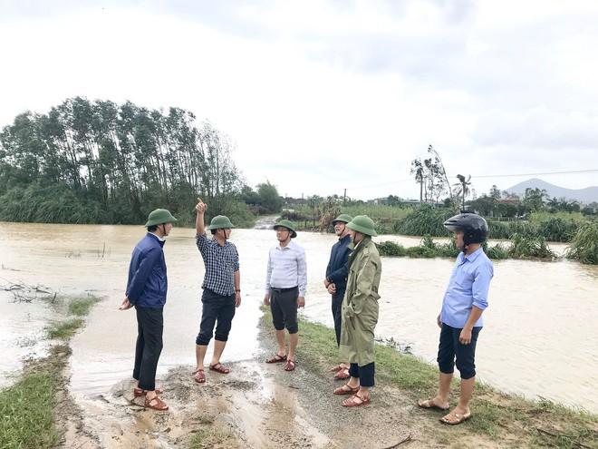 Mưa gió lớn, Hà Tĩnh lệnh sơ tán khẩn cả nghìn người dân khỏi vùng ngập lụt, sạt lở - Ảnh 1.