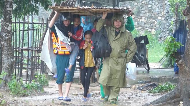 Mưa gió lớn, Hà Tĩnh lệnh sơ tán khẩn cả nghìn người dân khỏi vùng ngập lụt, sạt lở - Ảnh 3.