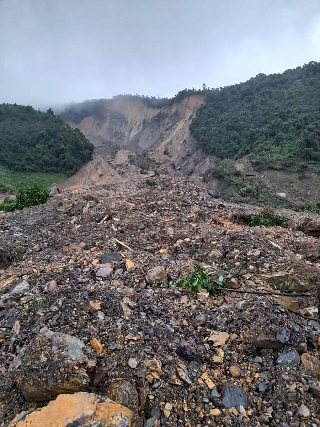 Mưa gió lớn, Hà Tĩnh lệnh sơ tán khẩn cả nghìn người dân khỏi vùng ngập lụt, sạt lở - Ảnh 2.