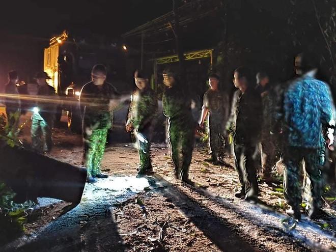 Hiện trường tìm kiếm nạn nhân bị vùi lấp trong thảm họa sạt lở ở Trà Leng, Nam Trà My - Ảnh 9.