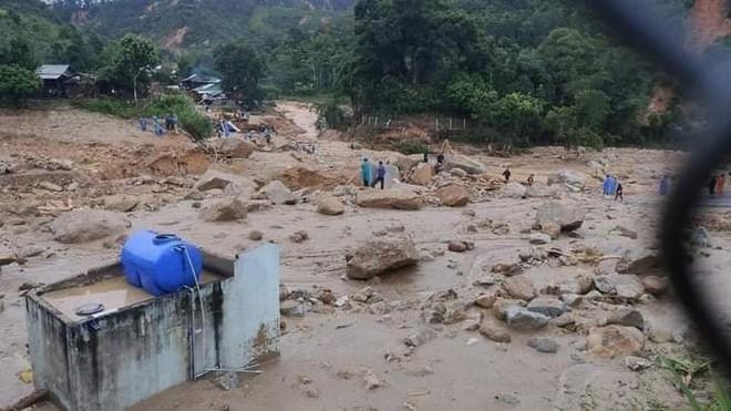 Hiện trường tìm kiếm nạn nhân bị vùi lấp trong thảm họa sạt lở ở Trà Leng, Nam Trà My - Ảnh 1.
