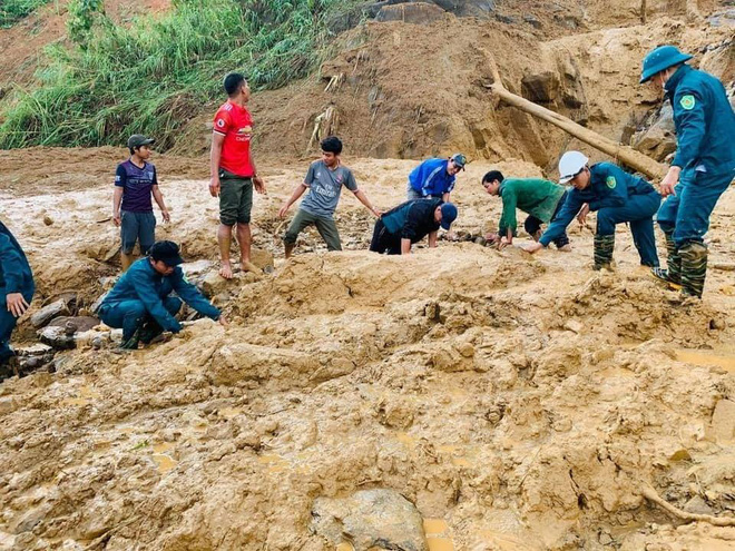 SẠT LỞ Ở QUẢNG NAM: Tìm thấy thêm 2 thi thể ở Phước Sơn; 13 người hiện đang còn mất tích ở Trà Leng - Ảnh 1.