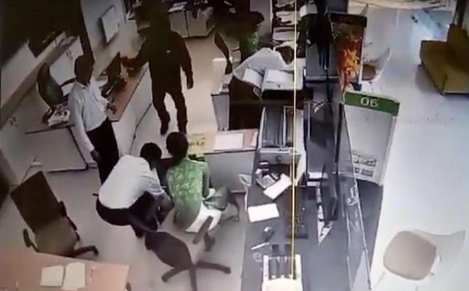 Truy bắt đối tượng mang theo hung khí cướp ngân hàng