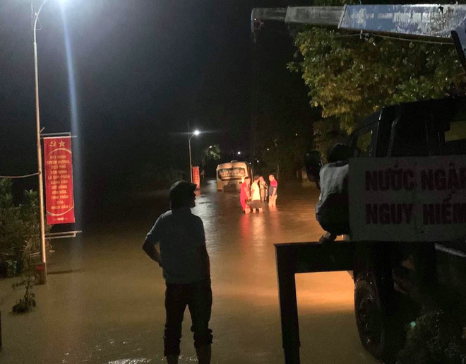 Liều mình băng qua dòng nước lũ, xe buýt chết máy giữa đường khiến nhiều người thót tim - Ảnh 1.