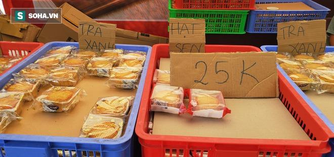 Bánh Trung thu cao cấp xả hàng giảm 50%, đồng giá 25.000 đồng/chiếc bên lề đường - Ảnh 4.