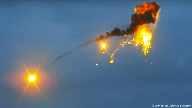 """Azerbaijan nã pháo thẳng vào xe chở người Nga, Armenia """"tóm sống"""" xe tăng T-90: Chiến sự nóng rẫy - Ảnh 1."""