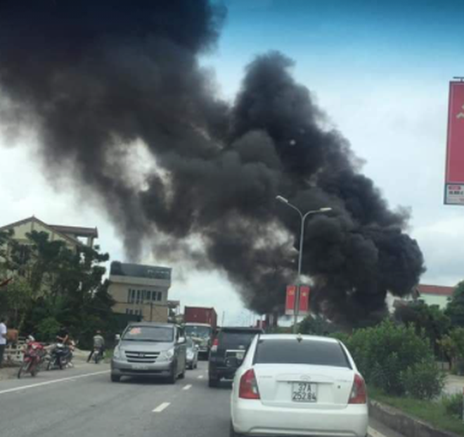 Xe tải đang chạy bốc cháy ngùn ngụt, nhiều con bò bị thiêu sống - Ảnh 1.