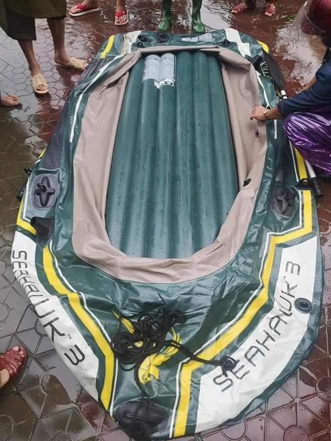 Mượn thuyền đi sơ tán không được, cầm dao chém thủng thuyền đoàn cứu hộ - Ảnh 1.