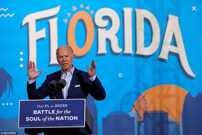 Ông Joe Biden đội mưa vận động cử tri ở bang chiến địa - Ảnh 1.