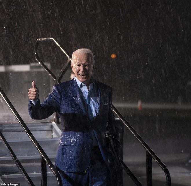 Ông Joe Biden đội mưa vận động cử tri ở bang chiến địa - Ảnh 11.