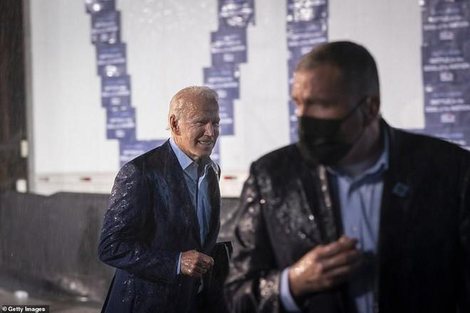 Ông Joe Biden đội mưa vận động cử tri ở bang chiến địa - Ảnh 12.
