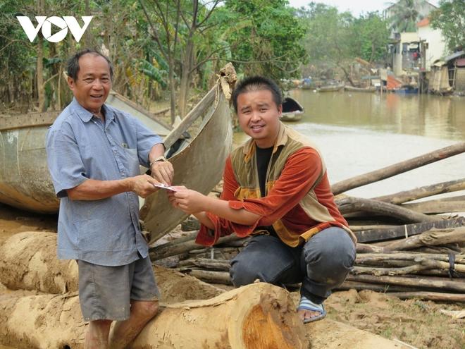 2 ông cháu bỏ lại nhà cửa, chèo đò ngược dòng nước lũ cứu hàng trăm người - Ảnh 3.