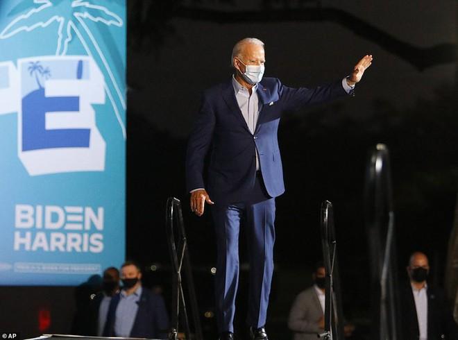 Ông Joe Biden đội mưa vận động cử tri ở bang chiến địa - Ảnh 4.