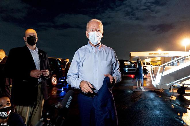 Ông Joe Biden đội mưa vận động cử tri ở bang chiến địa - Ảnh 5.