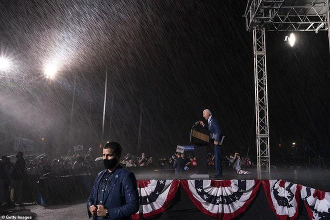 Ông Joe Biden đội mưa vận động cử tri ở bang chiến địa - Ảnh 8.