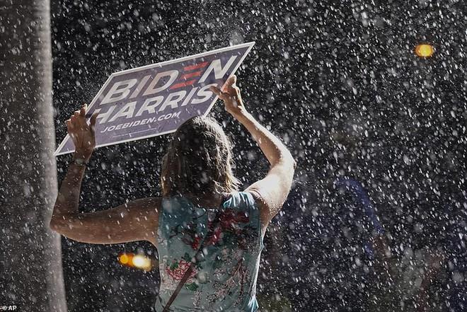 Ông Joe Biden đội mưa vận động cử tri ở bang chiến địa - Ảnh 9.
