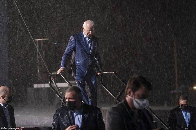 Ông Joe Biden đội mưa vận động cử tri ở bang chiến địa - Ảnh 10.