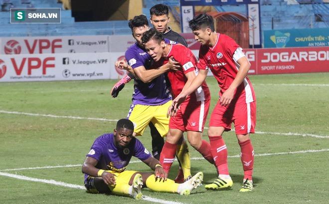 Quế Ngọc Hải mắng xối xả tiền đạo Hà Nội FC, đòi trọng tài rút thẻ đuổi đối thủ khỏi sân