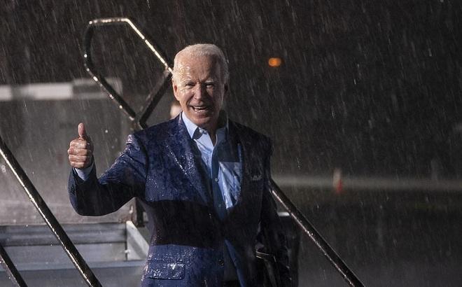 Ông Joe Biden đội mưa vận động cử tri ở bang chiến địa