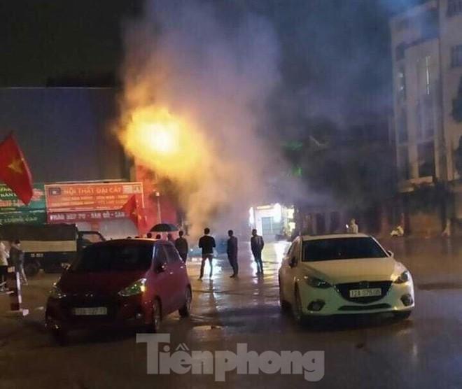 Xe ô tô bốc cháy dữ dội ở thành phố Lạng Sơn - Ảnh 2.