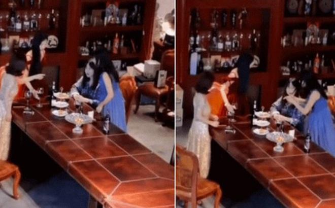 Mải chụp ảnh sống ảo 'chanh sả' trong buổi trà chiều tại nhà hàng sang trọng, bất ngờ cả đám phú bà 'fake' lộ nguyên hình, tố nhau ăn vụng bánh