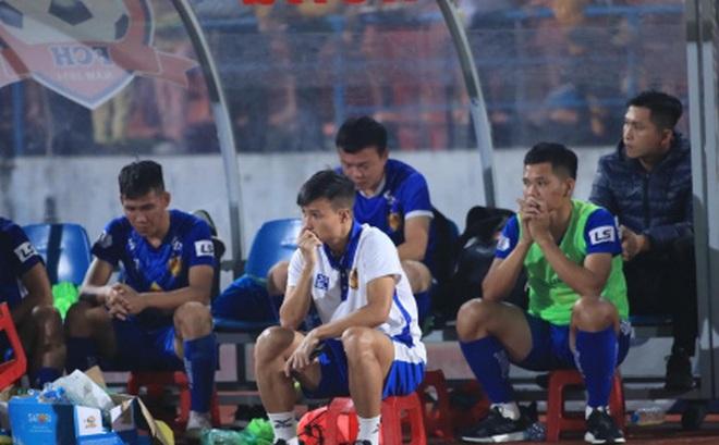 Ảnh: HLV Thành Công và cầu thủ Quảng Nam