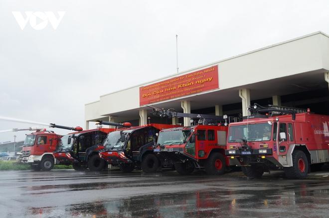 Cận cảnh dàn xe đặc chủng triệu đô tại phi trường Tân Sơn Nhất  - Ảnh 1.