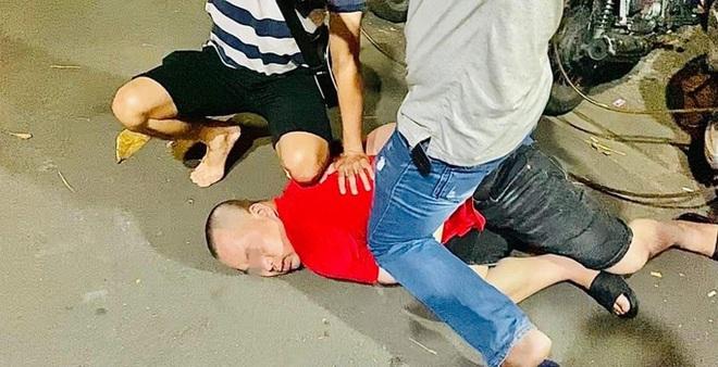 Cận cảnh công an quận Bình Thạnh mật phục bắt nhóm đối tượng cho vay lãi nặng - Ảnh 4.