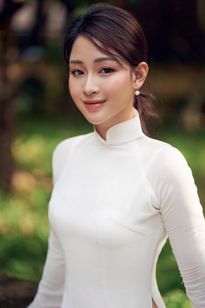 Hoa khôi Giọng hát hay Hà Nội khoe nhan sắc tinh khôi trong áo dài trắng - Ảnh 3.