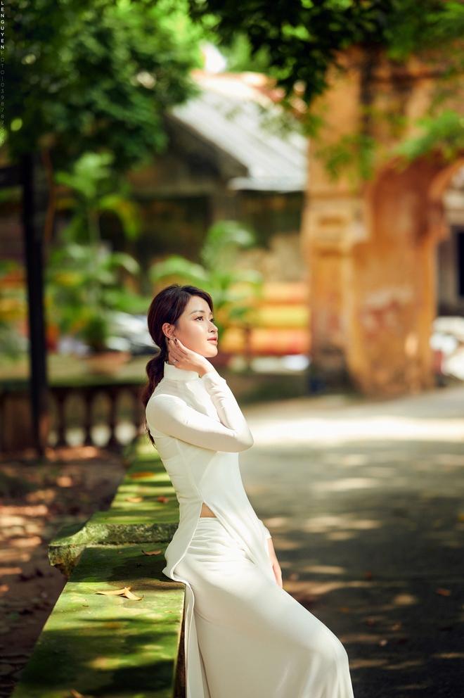 Hoa khôi Giọng hát hay Hà Nội khoe nhan sắc tinh khôi trong áo dài trắng - Ảnh 5.