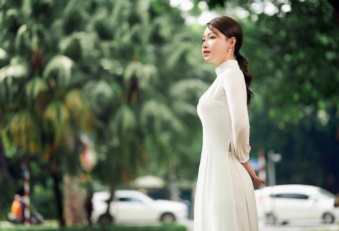 Hoa khôi Giọng hát hay Hà Nội khoe nhan sắc tinh khôi trong áo dài trắng - Ảnh 4.