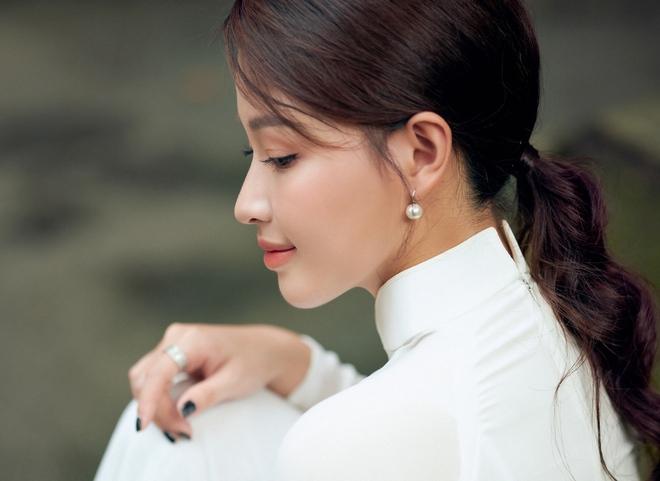 Hoa khôi Giọng hát hay Hà Nội khoe nhan sắc tinh khôi trong áo dài trắng - Ảnh 6.