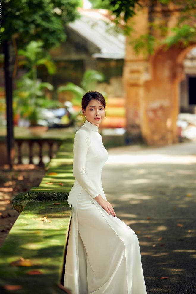 Hoa khôi Giọng hát hay Hà Nội khoe nhan sắc tinh khôi trong áo dài trắng - Ảnh 9.