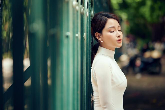 Hoa khôi Giọng hát hay Hà Nội khoe nhan sắc tinh khôi trong áo dài trắng - Ảnh 8.
