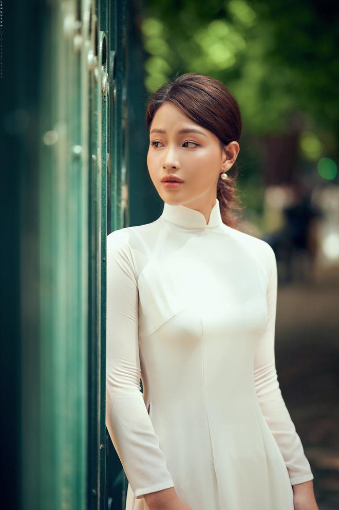 Hoa khôi Giọng hát hay Hà Nội khoe nhan sắc tinh khôi trong áo dài trắng - Ảnh 7.