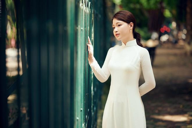 Hoa khôi Giọng hát hay Hà Nội khoe nhan sắc tinh khôi trong áo dài trắng - Ảnh 1.