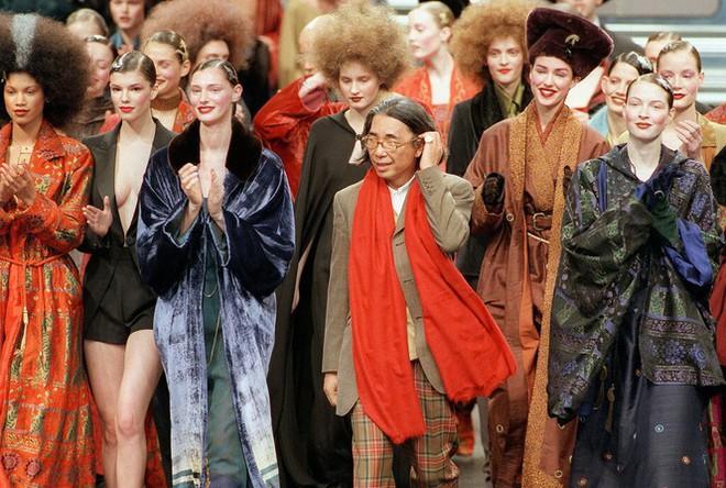 Huyền thoại thời trang Nhật Bản Kenzo Takada qua đời vì COVID-19 - Ảnh 2.