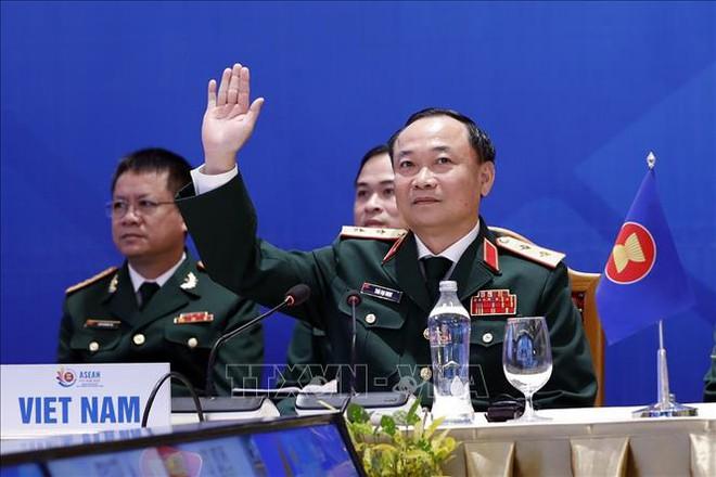 Thủ tướng bổ nhiệm Thứ trưởng Bộ Giáo dục và Đào tạo, Tư lệnh Quân khu 5 - Ảnh 1.