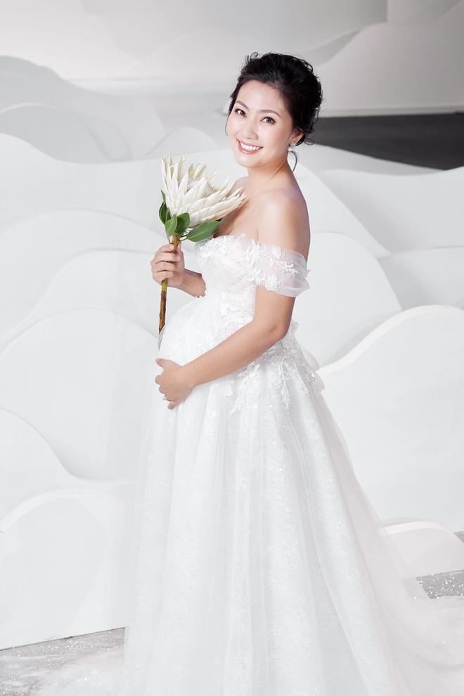 Ngọc Lan xinh đẹp rạng rỡ khi hóa thân cô dâu bầu trình diễn váy cưới  - Ảnh 4.