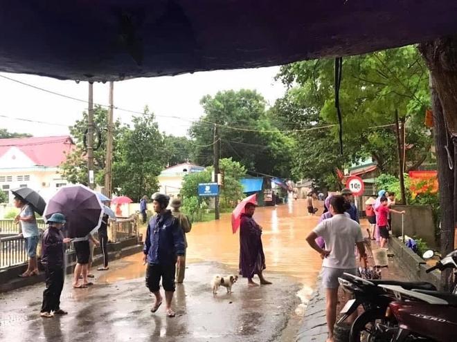 Lào Cai mưa lớn kỷ lục 63 năm qua gây ngập lụt cuốn trôi nhà dân, bé 3 tuổi tử vong - Ảnh 1.