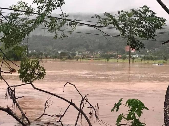 Lào Cai mưa lớn kỷ lục 63 năm qua gây ngập lụt cuốn trôi nhà dân, bé 3 tuổi tử vong - Ảnh 3.