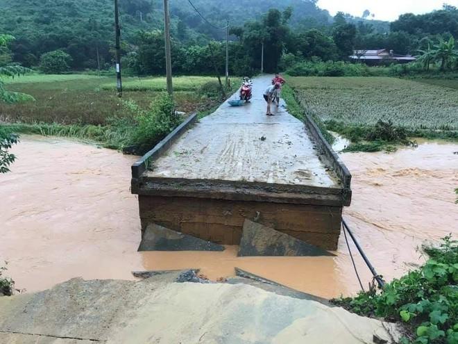 Lào Cai mưa lớn kỷ lục 63 năm qua gây ngập lụt cuốn trôi nhà dân, bé 3 tuổi tử vong - Ảnh 4.