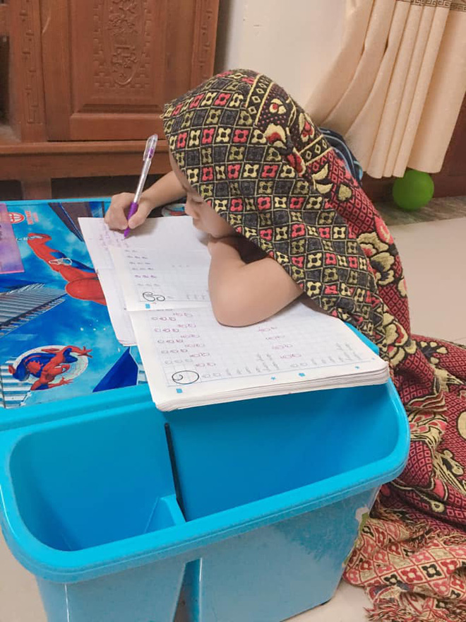 Vào bàn học được 5 phút, tình trạng của cậu bé lớp 1 khiến cả nhà cảm thấy khủng hoảng - Ảnh 3.