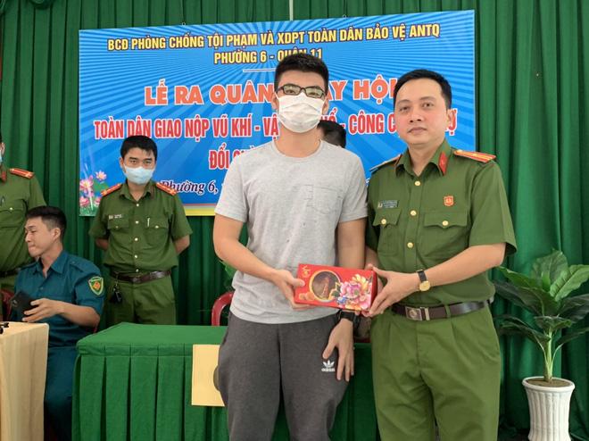 Người dân Sài Gòn mang nhiều bộ phận của súng, đạn, vũ khí nguy hiểm đến công an nộp  - Ảnh 1.
