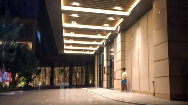 Phong tỏa một tầng khách sạn 5 sao ở Hải Phòng vì ca nghi nhiễm COVID-19 - Ảnh 2.
